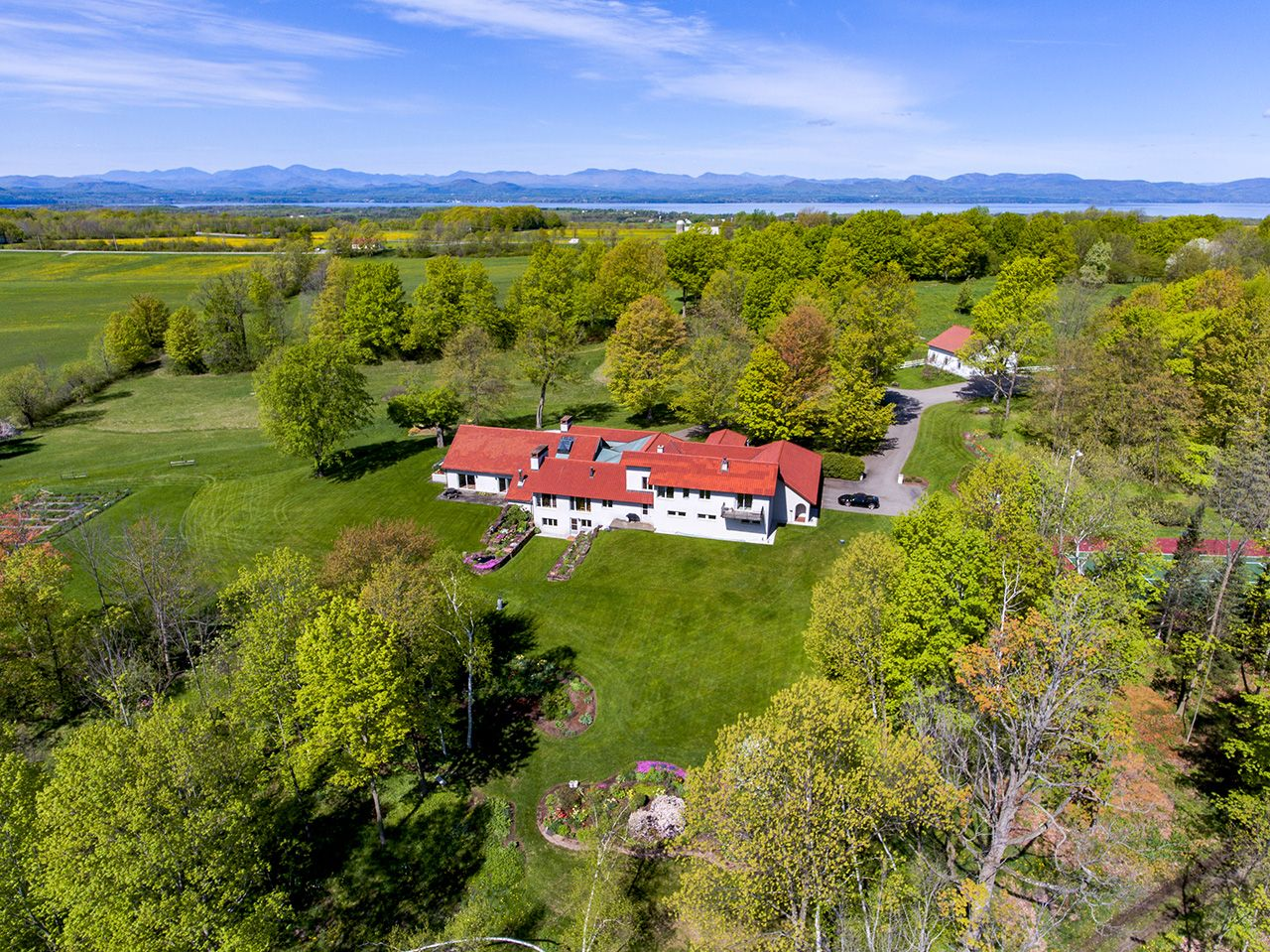 Additional photo for property listing at Casa Tranquilla 1445 Ethan Allen Charlotte, Vermont,05445 États-Unis