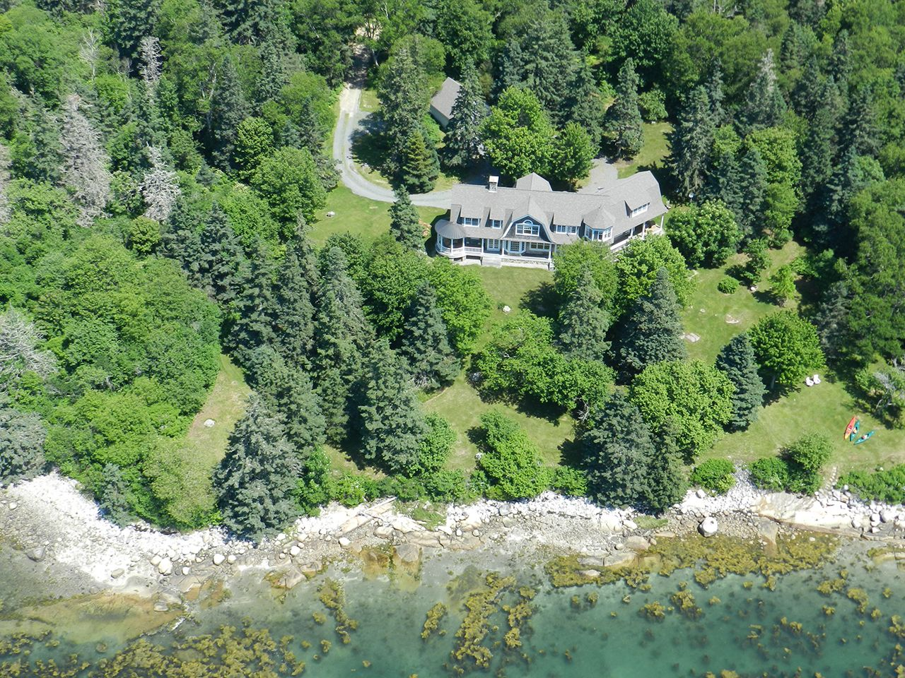 Villa per Vendita alle ore Windsong 40 Kelley Point Brooklin, Maine,04616 Stati Uniti